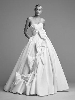 viktor-and-rolf-mariage-fall-winter-2018-wedding-dress-strapless-sweetheart-neckline-ball-gown-bows