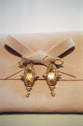 antique-style-clip-on-earrings-with-amber-stone