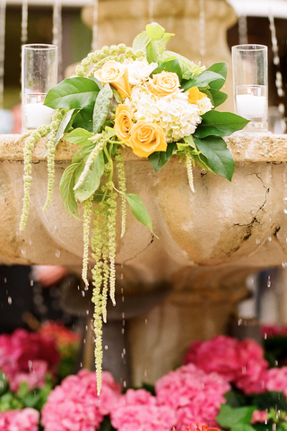 stone-fountain-wedding-decoration-with-yellow-rose-and-white-hydrangea