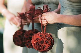 bridesmaids-holding-spheres-of-red-roses