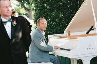 famous-pianist-jim-brickman-performed-ceremony-music-on-white-grand-piano