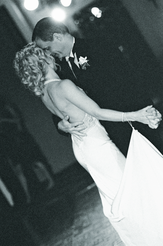 black-and-white-image-of-first-dance