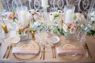 blush-reception-table-clear-charger-with-gold-trim-blush-napkins