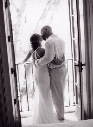 black-and-white-photo-of-couple-kissing-in-doorway