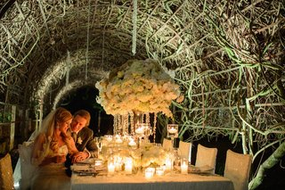 tunnel-of-vines-above-luxury-white-reception-table