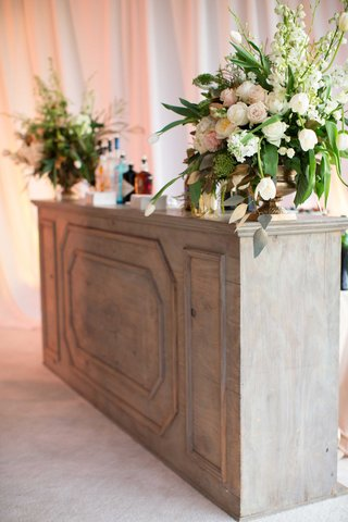 demarco-murray-wedding-bar-at-cocktail-hour-with-flower-arrangement-and-wood-bar