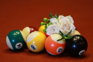 white-rose-and-hypericum-berries-on-pool-table