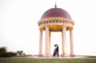 the-resort-at-pelican-hill-wedding-couple-in-black-and-white-beneath-rotunda-at-pelican-hill