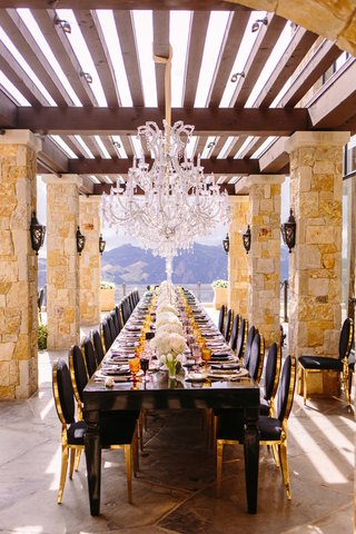 malibu-rocky-oaks-reception-long-black-table-with-black-and-gold-chairs-crystal-chandelier