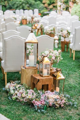 hotel-bel-air-wedding-ceremony-green-lawn-flowers-on-floor-wood-tables-gold-lanterns-and-vase-flower