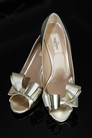 gold-shimmer-metallic-wedding-shoes-by-valentino-with-bow-details-at-toe
