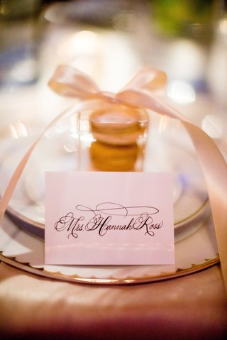 wedding-reception-place-setting-calligraphy-name-card-place-card-macaron-in-box-with-bow-favor