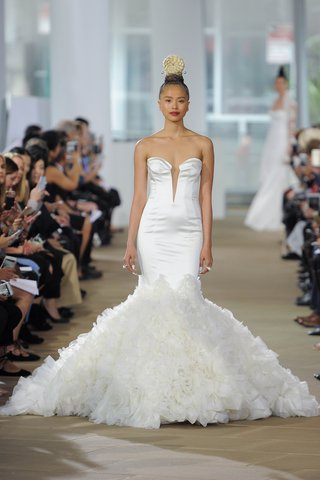 ines-di-santo-spring-2018-strapless-sweetheart-plunging-neckline-stretch-trumpet-gown-textured-skirt