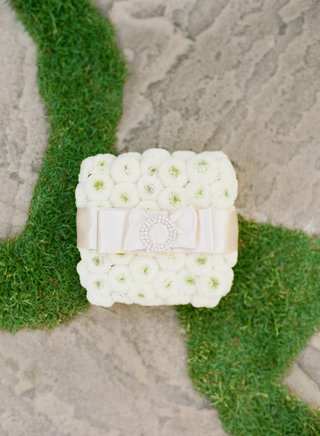 white-button-mum-ring-pillow-with-satin-ribbon