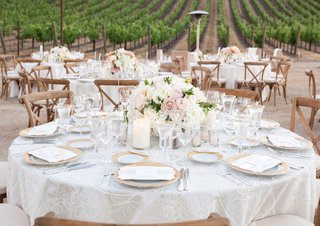 vineyard-wedding-venue-tablescape-with-gold-and-white
