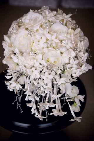 bridal-bouquet-with-flower-jewels-and-pearls