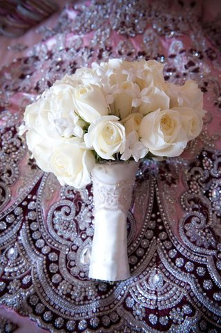 pearl-dotted-stephanotis-and-roses-in-white-wrap