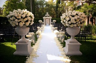 stone-pedestals-filled-with-roses-and-hydrangeas