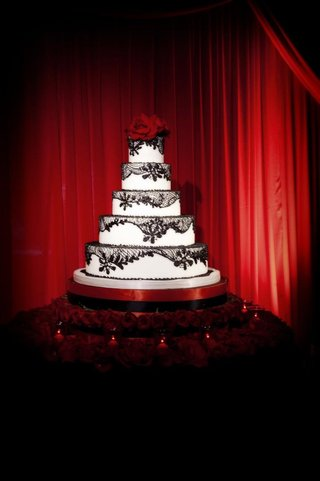 five-layer-cake-with-black-lace-and-roses