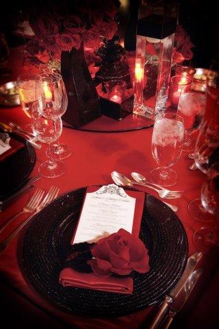 bold-decor-with-ebony-plates-and-crimson-napkins