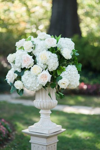 stone-urn-on-riser-ceremony-decoration-outdoor-wedding-with-white-hydrangea-pink-rose-ivory-rose
