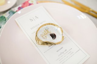 wedding-guest-place-setting-light-pink-plate-with-gold-rim-and-calligraphy-oyster-shell-place-card