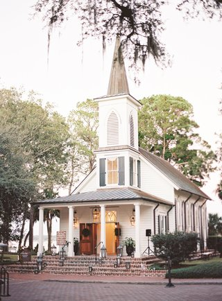 wedding-ceremony-in-chapel-at-montage-palmetto-bluff-brick-steps-traditional-ceremony-venue-idea