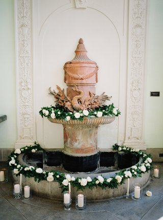 indoor-fountain-with-greenery-roses-and-candles-for-indoor-ceremony