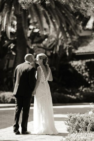 black-and-white-photo-of-couple-kissing