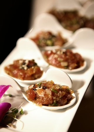 tray-passed-hors-doeuvres-in-chinese-spoons