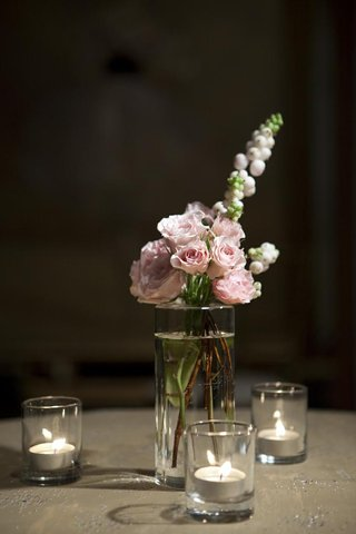 tea-lights-surrounding-small-vase-with-ranunculus
