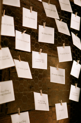 place-cards-clipped-to-chicken-wire-with-clothespin