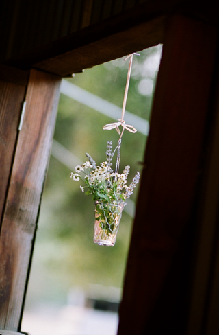 reception-decoration-with-chicken-wire-and-lavender