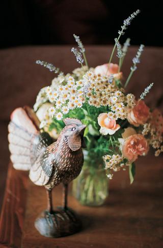 country-wedding-flower-arrangement-in-mason-jar