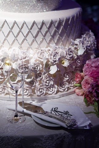 sugar-roses-at-base-of-white-cake-with-crystal-details