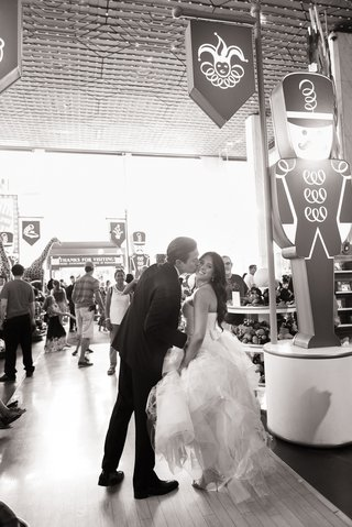 black-and-white-photo-of-bride-and-groom-at-fao-schwartz-in-new-york-city