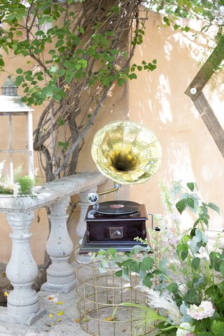 great-gatsby-inspired-garden-wedding-styled-shoot-victrola-record-player-with-phonograph