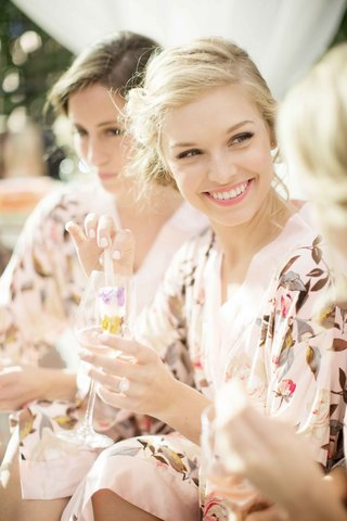 gourmet-popsicles-with-flowers-dipped-into-champagne