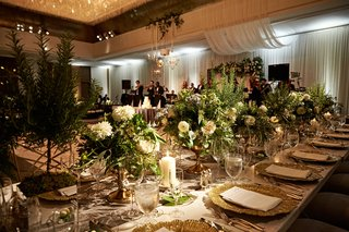 modern-wedding-reception-chicago-long-table-low-centerpiece-ideas-gold-charger-plate-greenery-candle