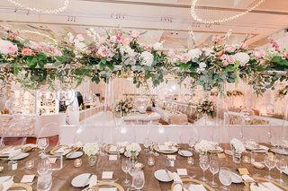 tall-wedding-centerpiece-at-wedding-reception-clear-vase-green-leaves-pink-rose-white-hydrangea