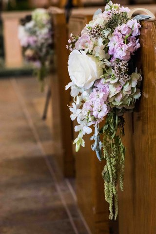 flower-arrangement-of-hydrangea-and-rose-blossoms-on-pew