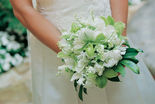 snowy-bridal-bouquet-with-greenery