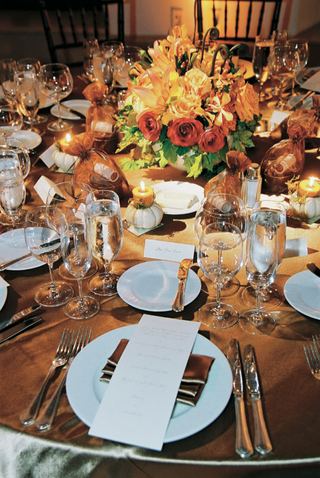 fall-inspired-reception-table-with-favors