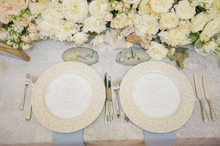 ivory-centerpiece-with-crystals-agate-slices-with-gold-foil-calligraphy-white-flowers-roses