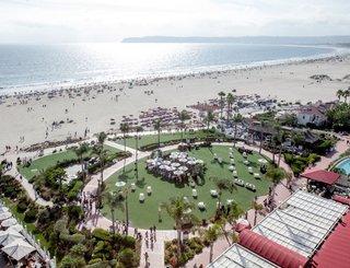 wedding-ceremony-on-grass-lawn-at-hotel-del-coronado-overlooking-ocean-san-diego-wedding-ideas