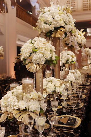 glitzy-gold-centerpieces-wedding-kings-table-with-varying-heights