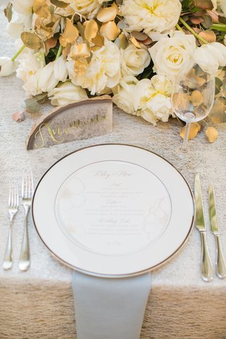 place-setting-with-gold-calligraphy-agate-slice-geode-white-rose-and-gold-leaf-centerpiece