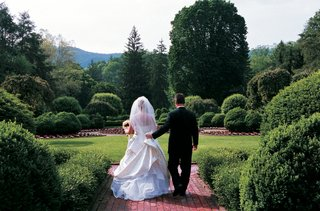 couple-walk-on-grounds-of-greenbrier-resort