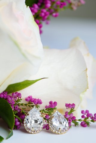 teardrop-earring-set-with-gold-diamond-setting