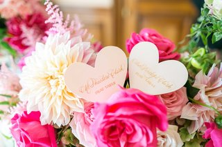 heart-shape-escort-place-cards-with-gold-calligraphy-pink-rose-white-dahlia-flowers